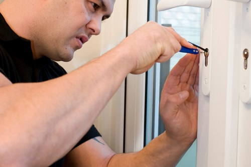 בחירת מנעולן מוסמך לתיקון דלתות לבית ולעסק